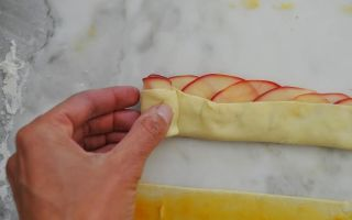 Розочки из слоёного теста с яблоками рецепт с фото