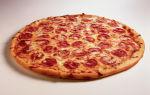 Пицца с колбасой, сыром и помидорами – рецепт с фото